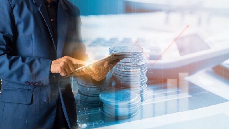 Rührende Tablette des Geschäftsmannfingers mit Finanz- und Bankwesengewinndiagramm des Vorrates lizenzfreie stockfotografie