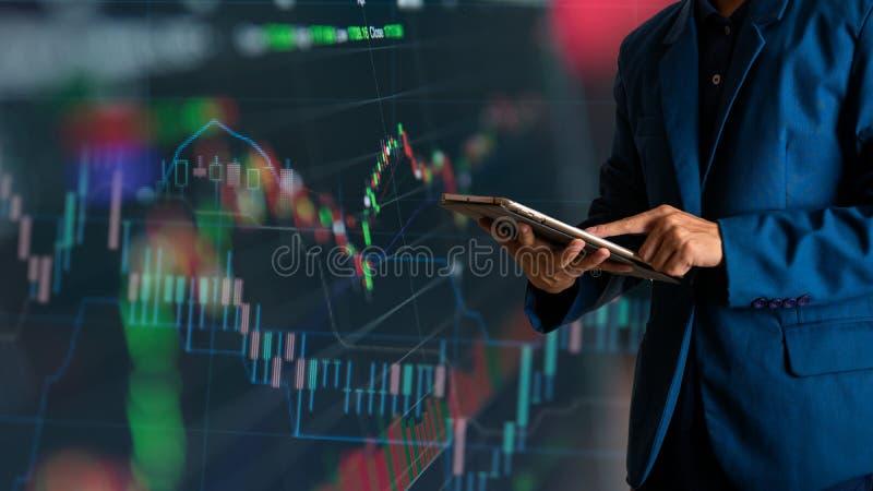 Rührende Tablette des Geschäftsmannfingers mit Finanz- und Bankwesengewinndiagramm des Vorrates lizenzfreies stockbild