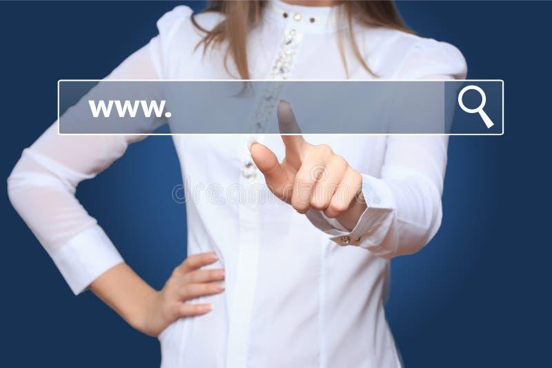 Rührende web- browseradresszeile der jungen Frau mit WWW-Zeichen stockfotografie