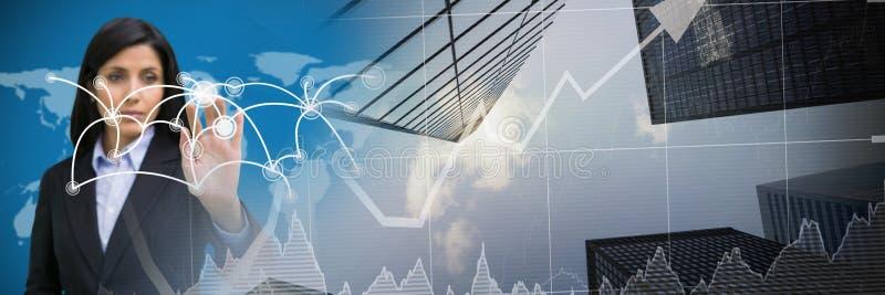 Rührende wechselwirkende Karte der Geschäftsfrau mit Stadtfinanzdiagrammübergang lizenzfreie stockfotos