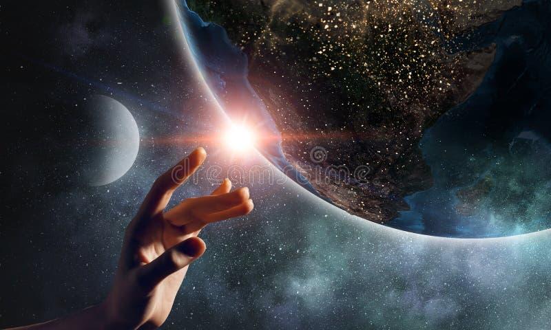 Rührender Planet mit dem Finger lizenzfreie stockfotografie