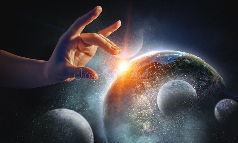 Rührender Planet mit dem Finger lizenzfreie stockfotos