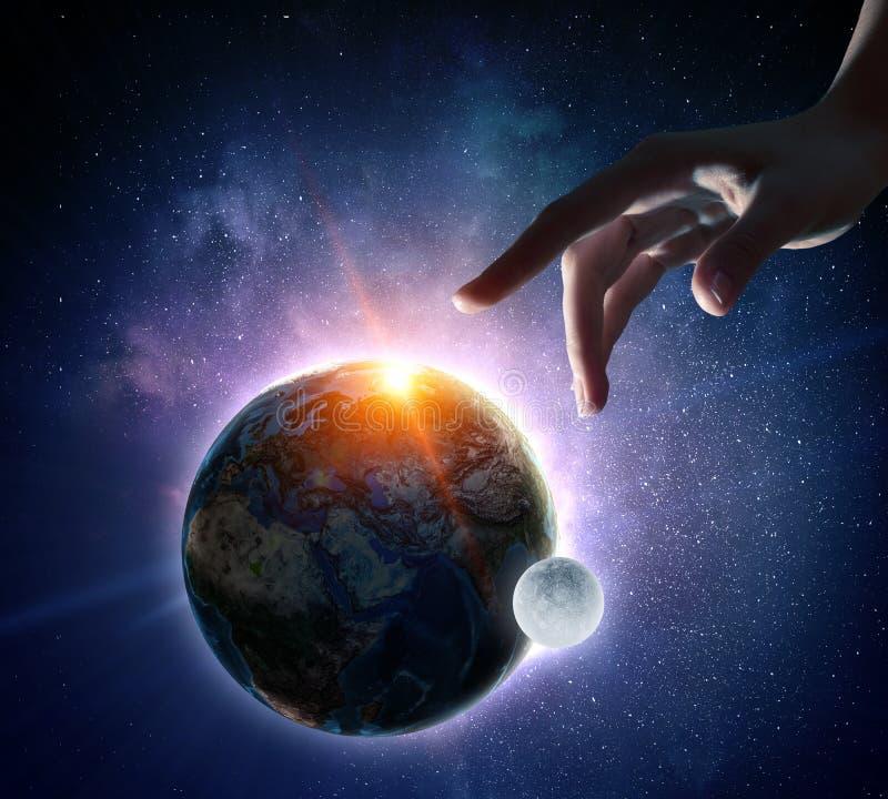 Rührender Planet mit dem Finger stockfotos