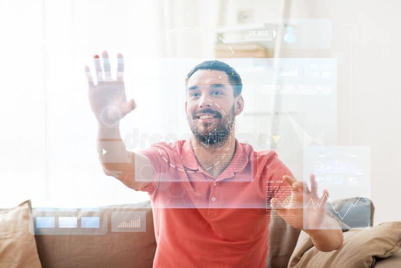 Rührender virtueller Schirm des glücklichen Mannes zu Hause stockfoto