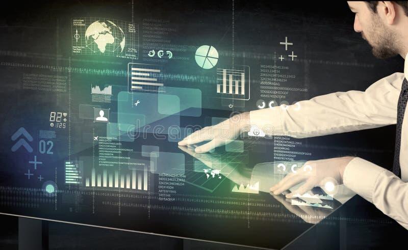 Rührender wechselwirkender moderner Schreibtisch des Geschäftsmannes mit Technologie ico lizenzfreie stockfotos