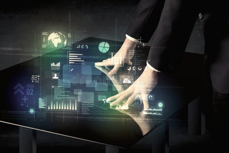 Rührender wechselwirkender moderner Schreibtisch des Geschäftsmannes mit Technologieikonen stockfotos