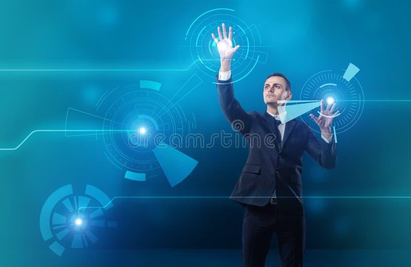Rührendes digitales mit Berührungseingabe Bildschirm des Geschäftsmannes mit beiden Händen lizenzfreie stockfotos
