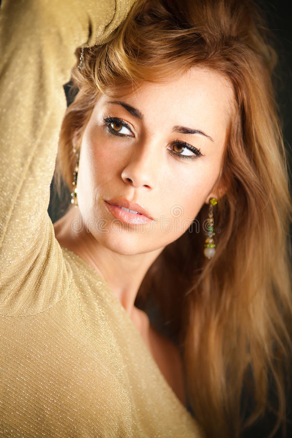 Rührendes Haar der attraktiven Frau stockbilder