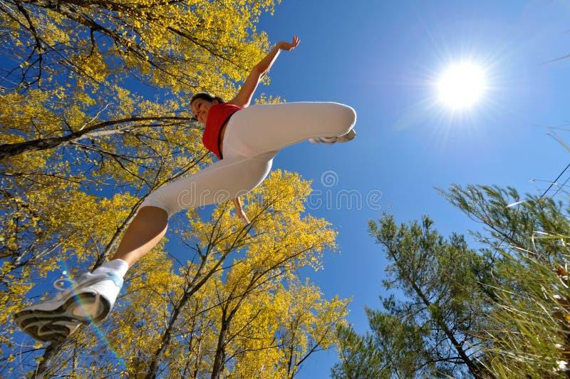 Rütteln der jungen Frau/Springen im Freien lizenzfreies stockfoto