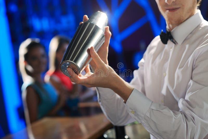Rütteln eines Cocktails lizenzfreie stockfotos