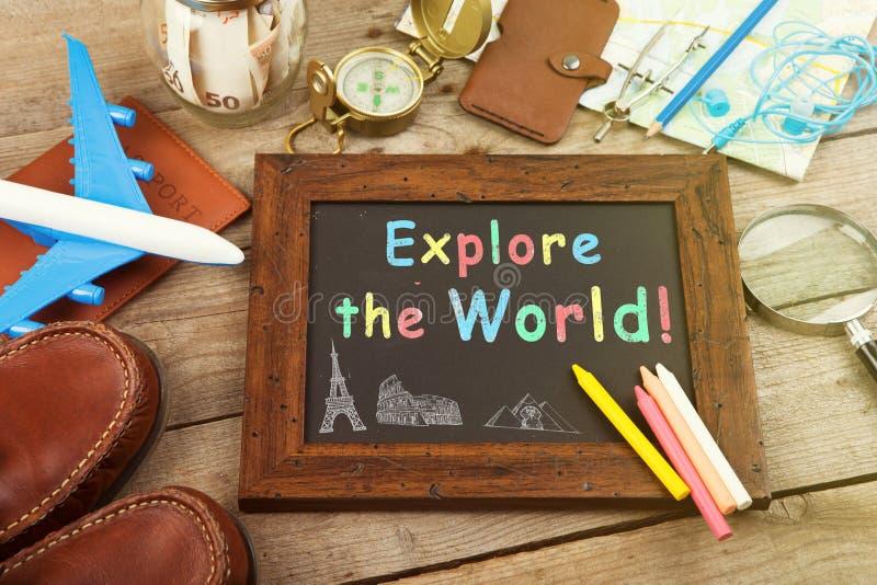 Rütteln Sie mit Geld für eine Reise, Karten, Pass und anderes Material für Abenteuer auf dem Tisch stockfotos
