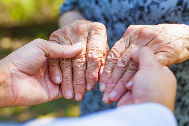 Rütteln von älteren Händen stockbilder
