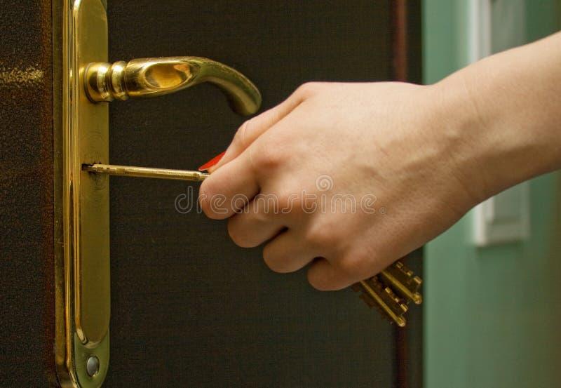 ręce 3 żelaza klucza blokowania drzwi zdjęcie stock