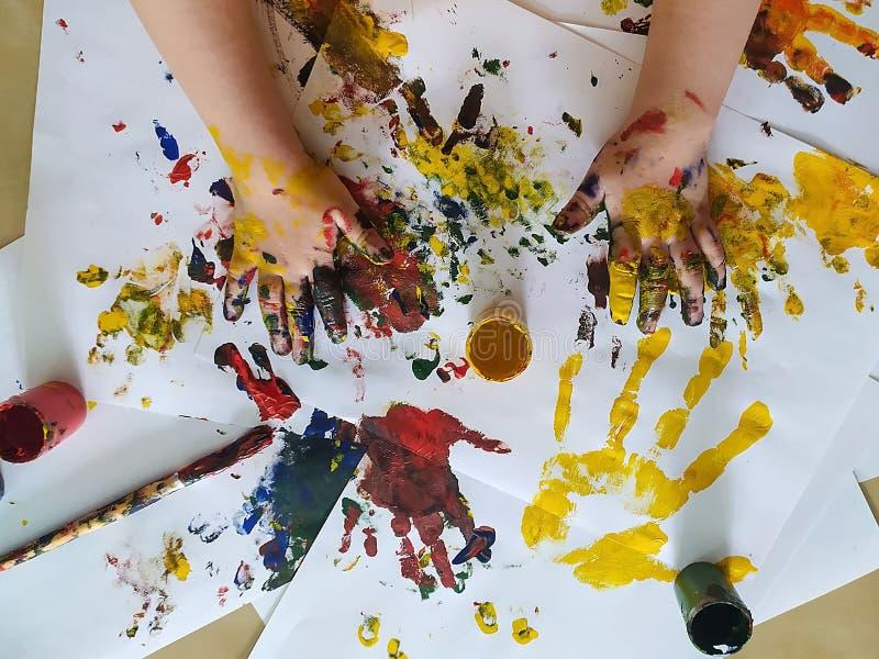 Ręce dzieci są zabarwione farbą do malowania Koncepcja kreatywności, dzieciństwa, wypoczynku, rysowania fotografia royalty free