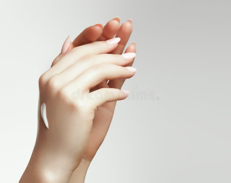 ręce kremowa kobieta Zbliżenie portret Piękna Szczęśliwa dziewczyna Z Nagim Makeup I Naturalnymi manicure gwoździami Stosuje Kosm zdjęcie royalty free
