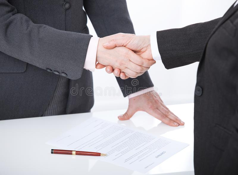ręce mi Dwa biznesowej kobiety trząść ręki z each inny podpisywać pomyślną transakcję zdjęcie royalty free