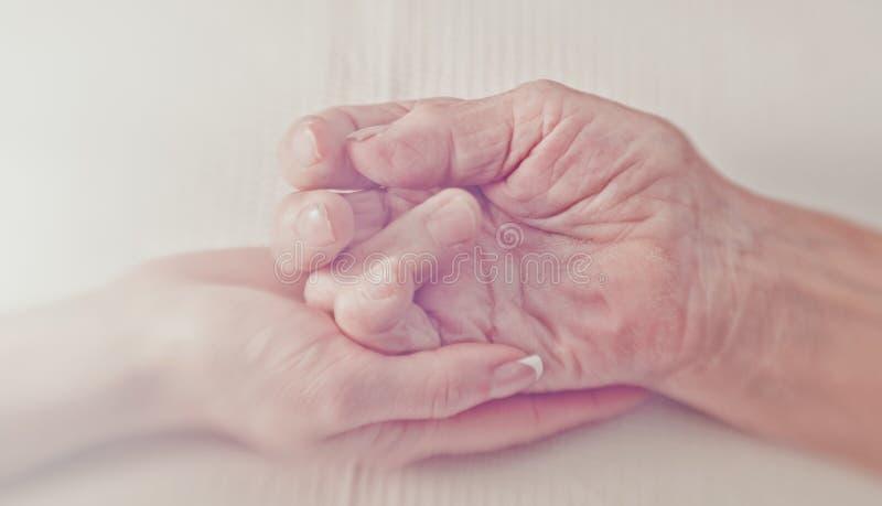 ręce mi Ręka młoda kobieta ostrożnie wspiera marszczącą rękę stara kobieta fotografia royalty free