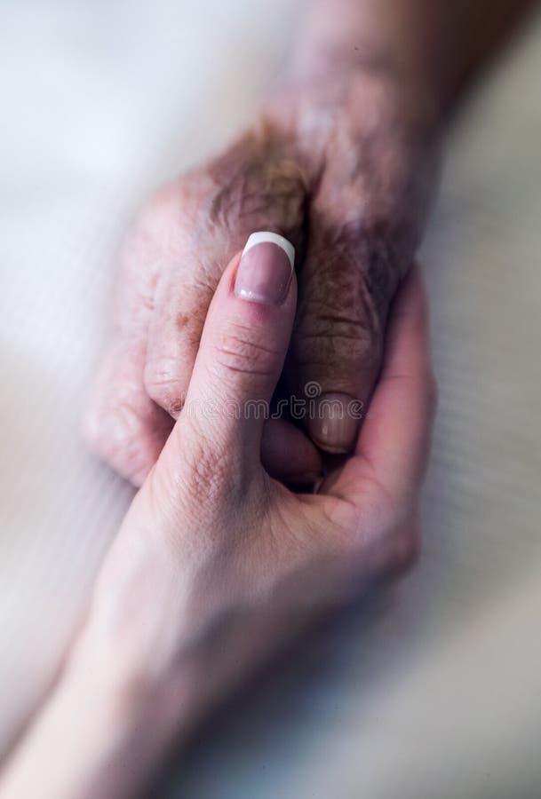 ręce mi Ręka młoda kobieta ostrożnie wspiera marszczącą rękę stara kobieta zdjęcia royalty free