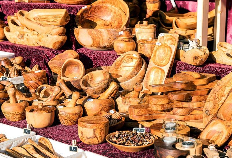 Ręczne naczynia, miski, deska do krojenia z drewna oliwnego na podpórce zewnętrznej obrazy stock