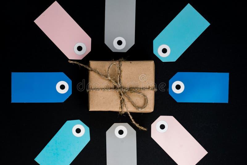 Ręczne pudełko na prezent, owinięte papierem krosowym, z różowymi, szarymi znacznikami na kartach obraz royalty free