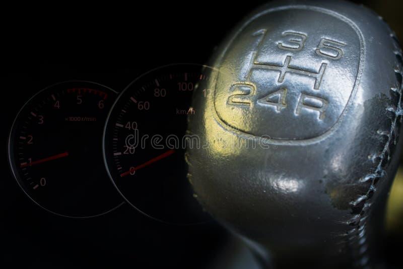 Ręcznego przekazu przekładni przesunięcie z speedmeter samochodu deską rozdzielczą zdjęcia stock