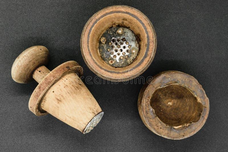Ręcznego rocznika drewniany pieprzowy młyn obraz stock