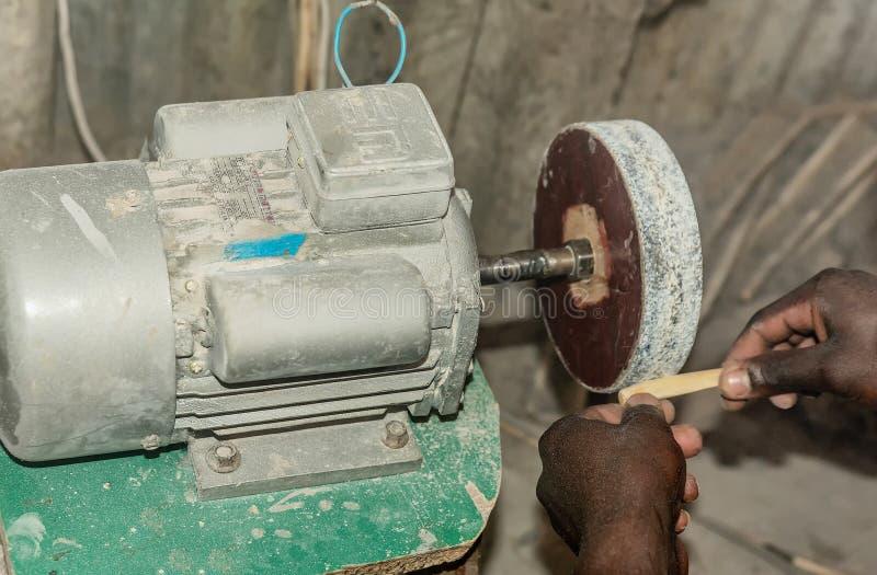 Ręcznie improwizacja metalu tokarstwo dla drewnianego cyzelowania w Kenja obraz stock