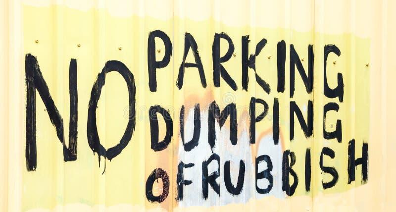 ręcznie malowany znak: ŻADNY parking damping banialuki zdjęcia royalty free