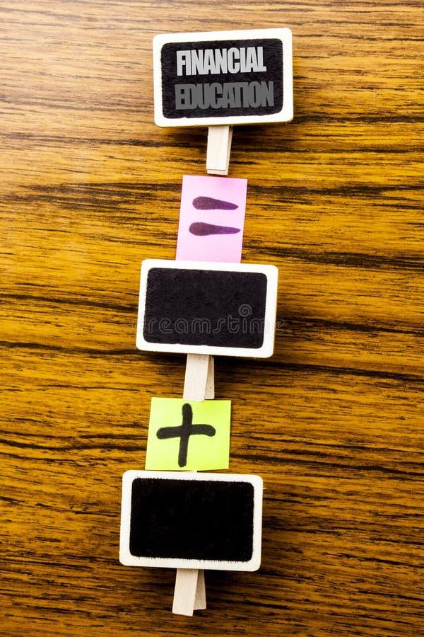 Ręcznie pisany tekst pokazuje Pieniężną edukację Biznesowy pojęcie dla Finansowej wiedzy Pisać na klamerkach, drewniany tło dla e obraz stock
