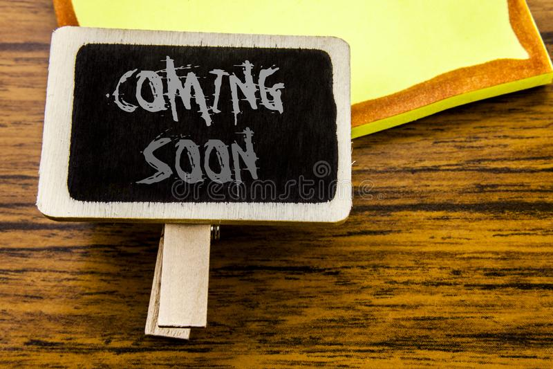 Ręcznie pisany tekst pokazuje Przychodzić Wkrótce Biznesowy pojęcie dla W Budowie pisać na zawiadomienie desce na drewnianym drew zdjęcia stock