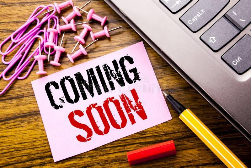 Ręcznie pisany tekst pokazuje Przychodzić Wkrótce Biznesowy pojęcie dla wiadomości przyszłości pisać na różowym kleistym nutowym  zdjęcie stock
