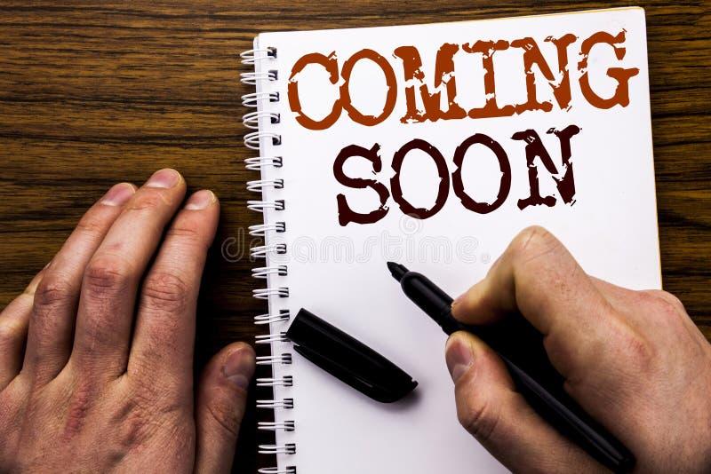 Ręcznie pisany tekst pokazuje wordComing Wkrótce Biznesowy pojęcie dla wiadomości przyszłości Pisać na pastylka laptopie, drewnia fotografia stock
