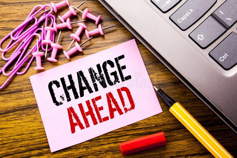 Ręcznie pisany teksta seansu zmiany Naprzód Czerwony słowo Biznesowy pojęcie dla przyszłość zmian pisać na różowym kleistym nutow fotografia royalty free