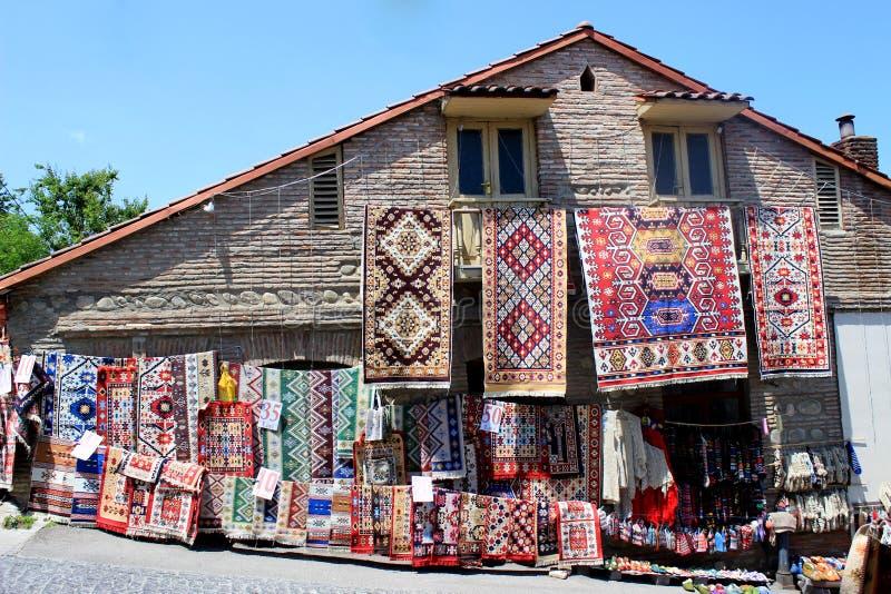 Ręcznie robiony dywany wiesza na drewnianym domu w ulicznym rynku zdjęcia royalty free