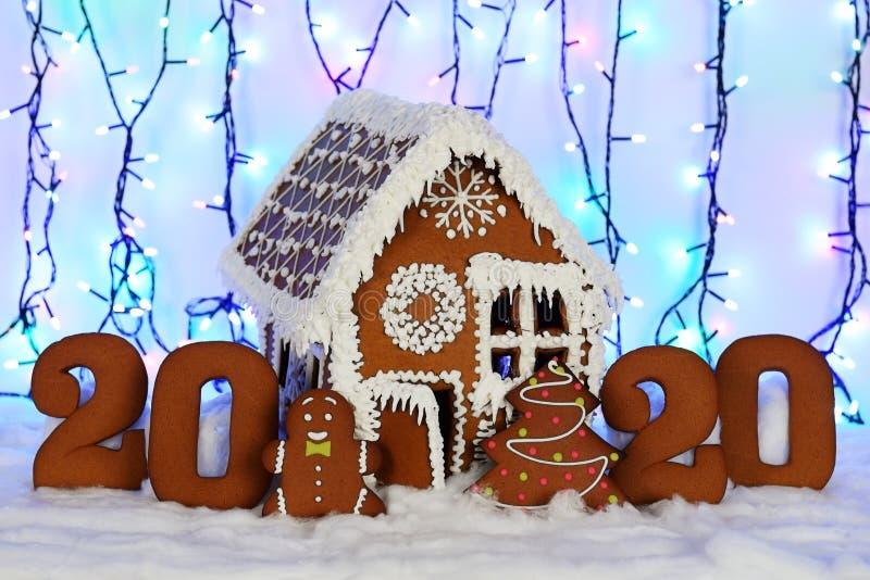 Ręcznie robiony eatable piernikowy dom, 2020 inskrypcja, mały mężczyzna, nowego roku drzewo, śnieżna dekoracja, zdjęcie royalty free
