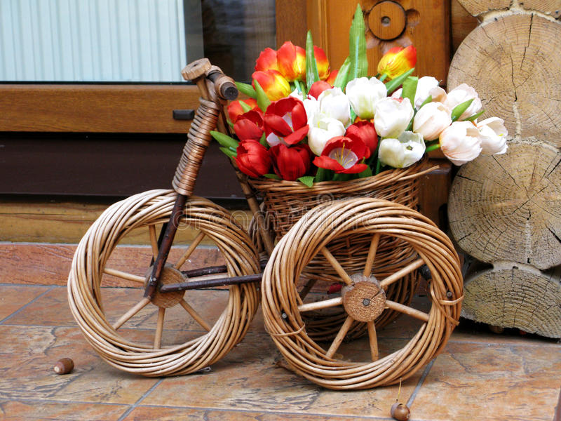 Ręcznie robiony galonowa zabawkarska rowerowa kwiecista skład fotografia fotografia royalty free