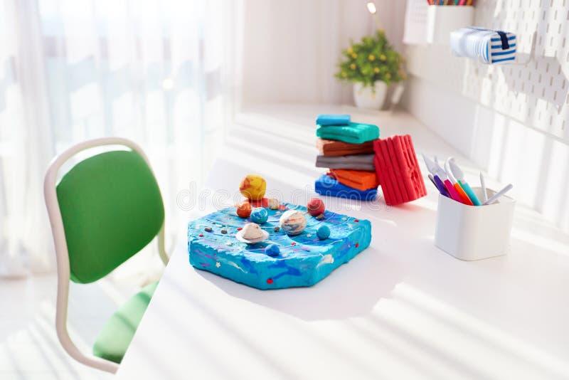 Ręcznie wykonany układ słoneczny z plastycyny przez dzieci, na biurku w pokoju dla dzieci, projekt szkolny obrazy stock