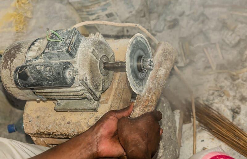 Ręcznie zobaczył tnącego ostrze w Kenja improwizacja kurenda obraz royalty free