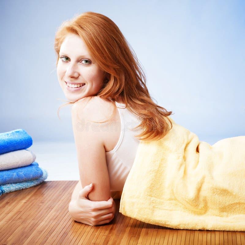 ręcznik łgarska kobieta obrazy stock