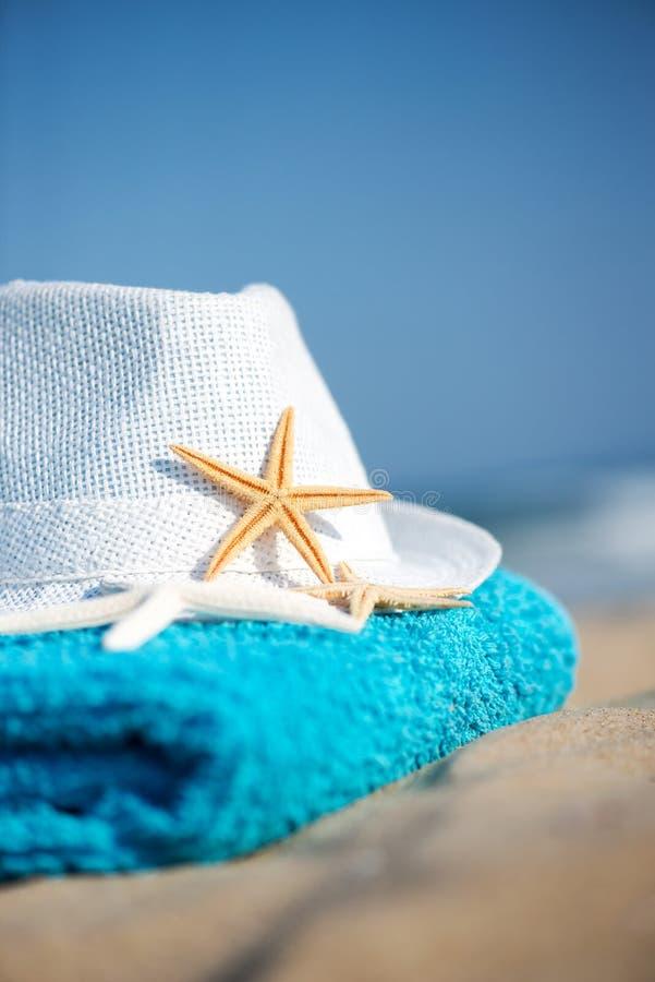 Ręcznik koncepcyjny wakacji letnich z okularami przeciwsłonecznymi i rozgwiazdami na piaszczystej plaży tropikalnej zdjęcia royalty free