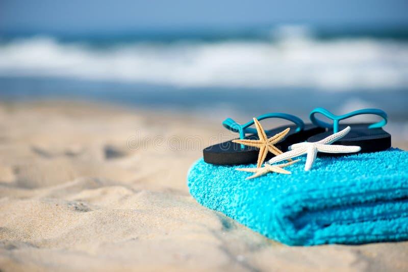 Ręcznik koncepcyjny wakacji letnich z okularami przeciwsłonecznymi i rozgwiazdami na piaszczystej plaży tropikalnej obraz stock