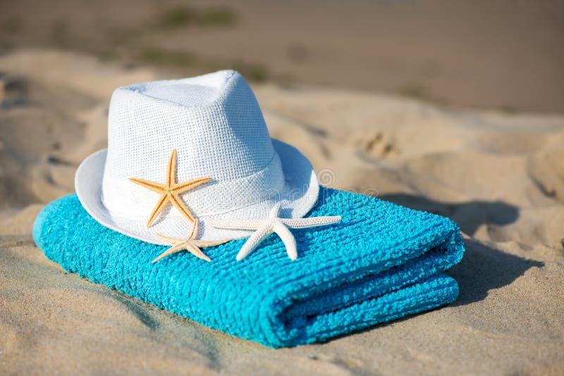 Ręcznik koncepcyjny wakacji letnich z okularami przeciwsłonecznymi i rozgwiazdami na piaszczystej plaży tropikalnej obrazy royalty free