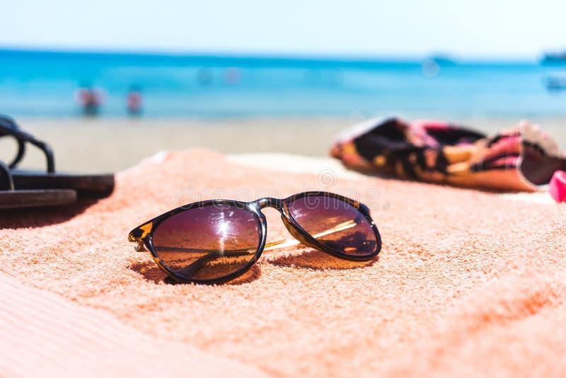 Ręcznik z różnymi akcesoriami na plaży fotografia royalty free