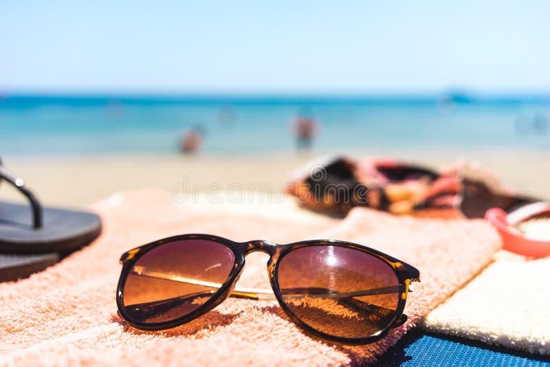Ręcznik z różnymi akcesoriami na plaży zdjęcia royalty free