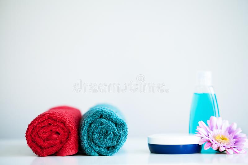 Ręczniki i prysznic gel na bielu stole z kopii przestrzenią na kąpielowym izbowym tle obrazy stock