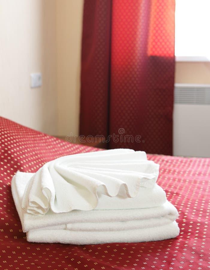 Ręczniki na łóżku w hotelu fotografia royalty free