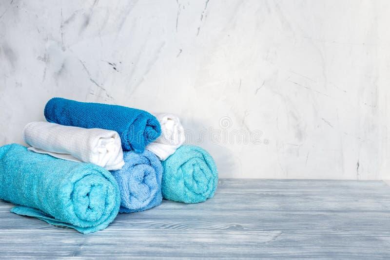Ręczniki wypiętrzają w housekeeping ustawiającym na laudry tła mockup fotografia stock