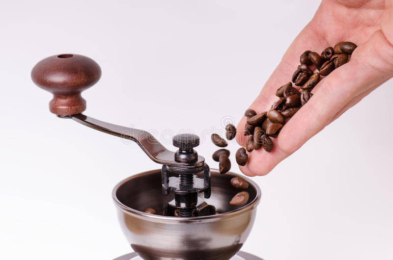 Ręczny kawowy ostrzarz z kawowymi fasolami odosobniony Biały tło Nowożytny styl kawa piec fasoli Lewitacj kawowe fasole obrazy royalty free