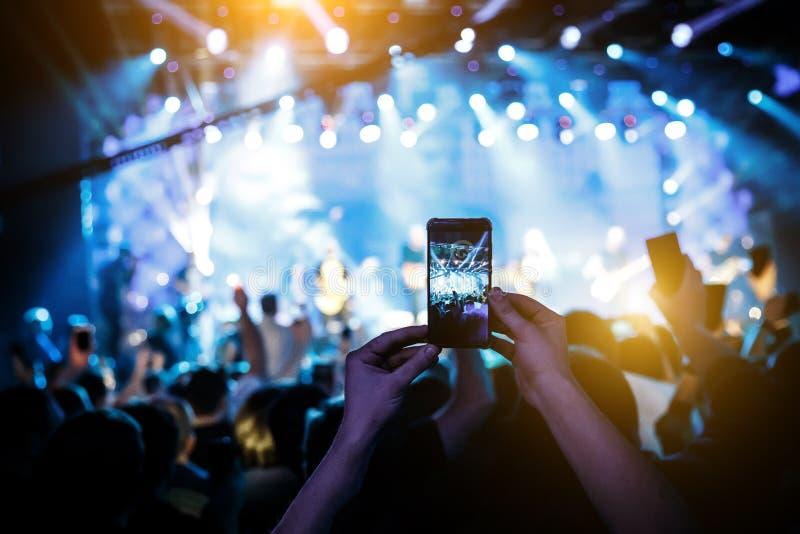 Ręczny mądrze telefon filmuje koncert obraz royalty free