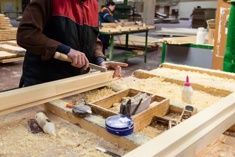 Ręczny pracownik robi jego pracie przy woodworking fabryką Environm zdjęcia stock